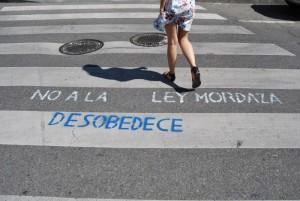 Una scritta contro la Ley Mordaza nelle strade di Madrid (foto L.Pasqualini)
