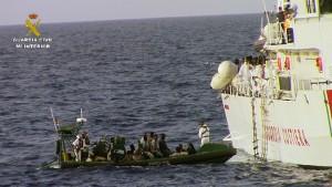 La embarcación Río Segura de la Guardia Civil colabora en el rescate de 633 inmigrantes cerca de la costa norte de Libia (fonte: http://www.interior.gob.es/prensa)