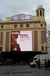 Uno schermo luminoso sul Teatro Callao di Madrid annuncia il concerto di Eugenio Bennato del 14 ottobre 2015. foto: Itagnol.com, Lorenzo Pasqualini