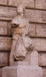 """La statua parlante di Pasquino a Roma, per secoli è stata la """"bacheca"""" dove i romani lasciavano messaggi satirici contro i potenti di turno"""