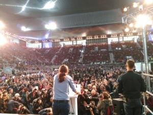 Pablo Iglesias, leader di Podemos, parla davanti a oltre diecimila persone nel complesso Caja Magica di Madrid (13 dicembre 2015)- Foto tratta da Twitter, account di Podemos: @ahorapodemos)