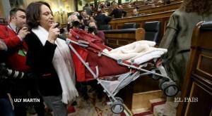 La deputata di Podemos Bescansa si presenta al Congreso con il figlio di pochi mesi