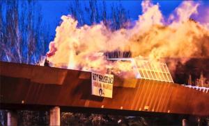 Ataque con bengalas desde el puente sobre la M-30 a la mezquita de Madrid, protagonizado por los neonazis de Hogar Social Madrid