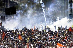 Lacrimogeni contro i manifestanti al G8 di Genova (luglio 2001)